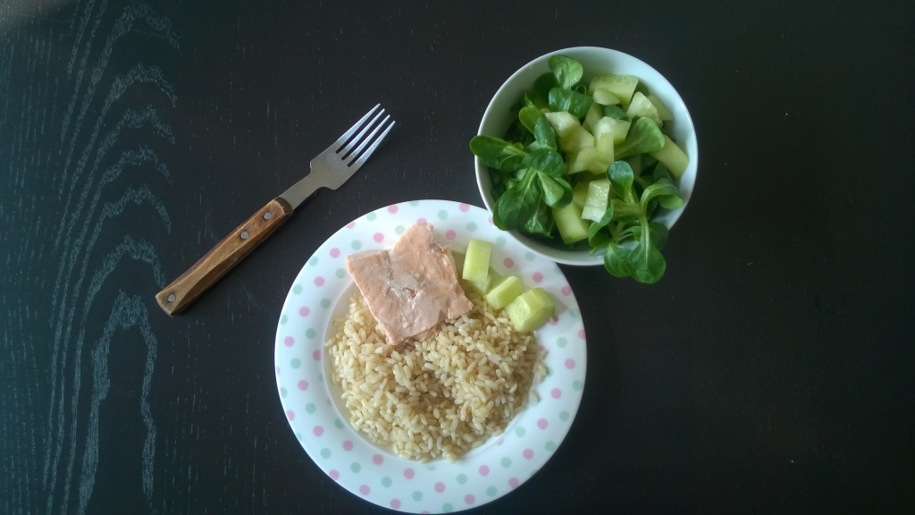 Whole grain rice with salmon and green salad