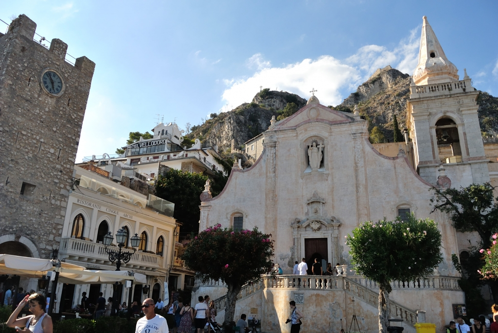 Old town and square of Taormina | www.missathletique.com